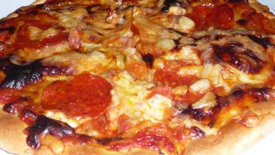 ピザ・ベーネカッサのミックスピザ