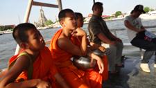 少年僧と共に川を渡ります