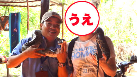 ニシキヘビと記念撮影